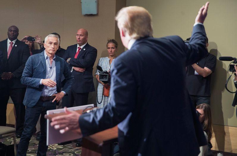 Expulsado esta semana de una rueda de prensa por Donald Trump, considera que frente al precandidato republicano ``sólo cabe la lucha y la confrontación,
